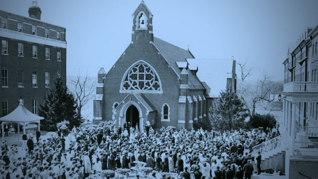 Hiistoric image of students, faculty and staff gathered around Dahlgren Chapel.