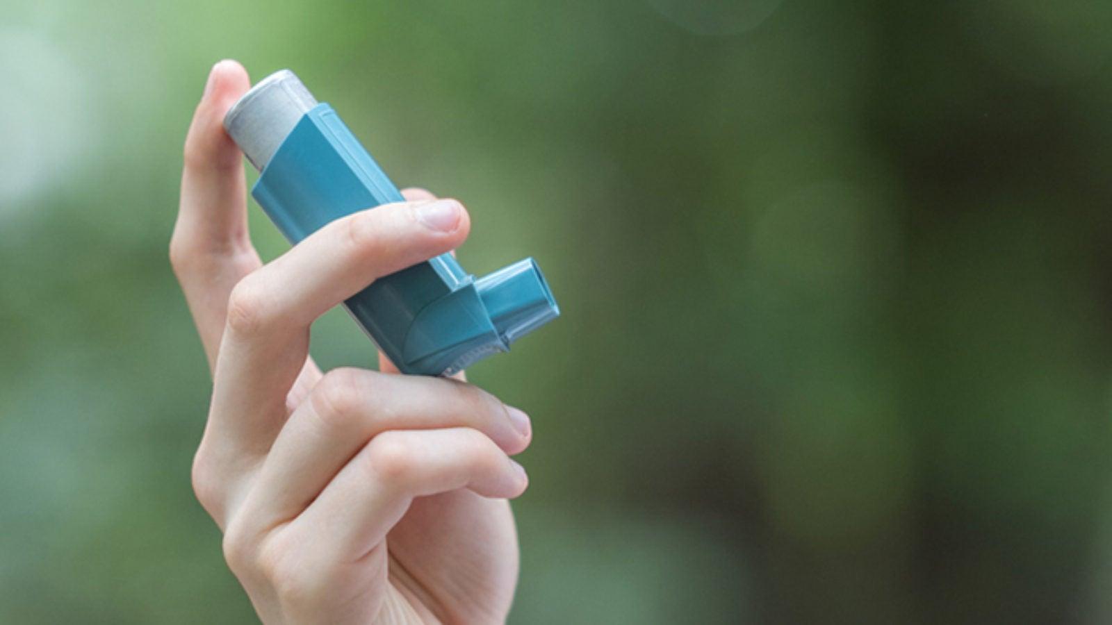 hand holding a asthma inhaler