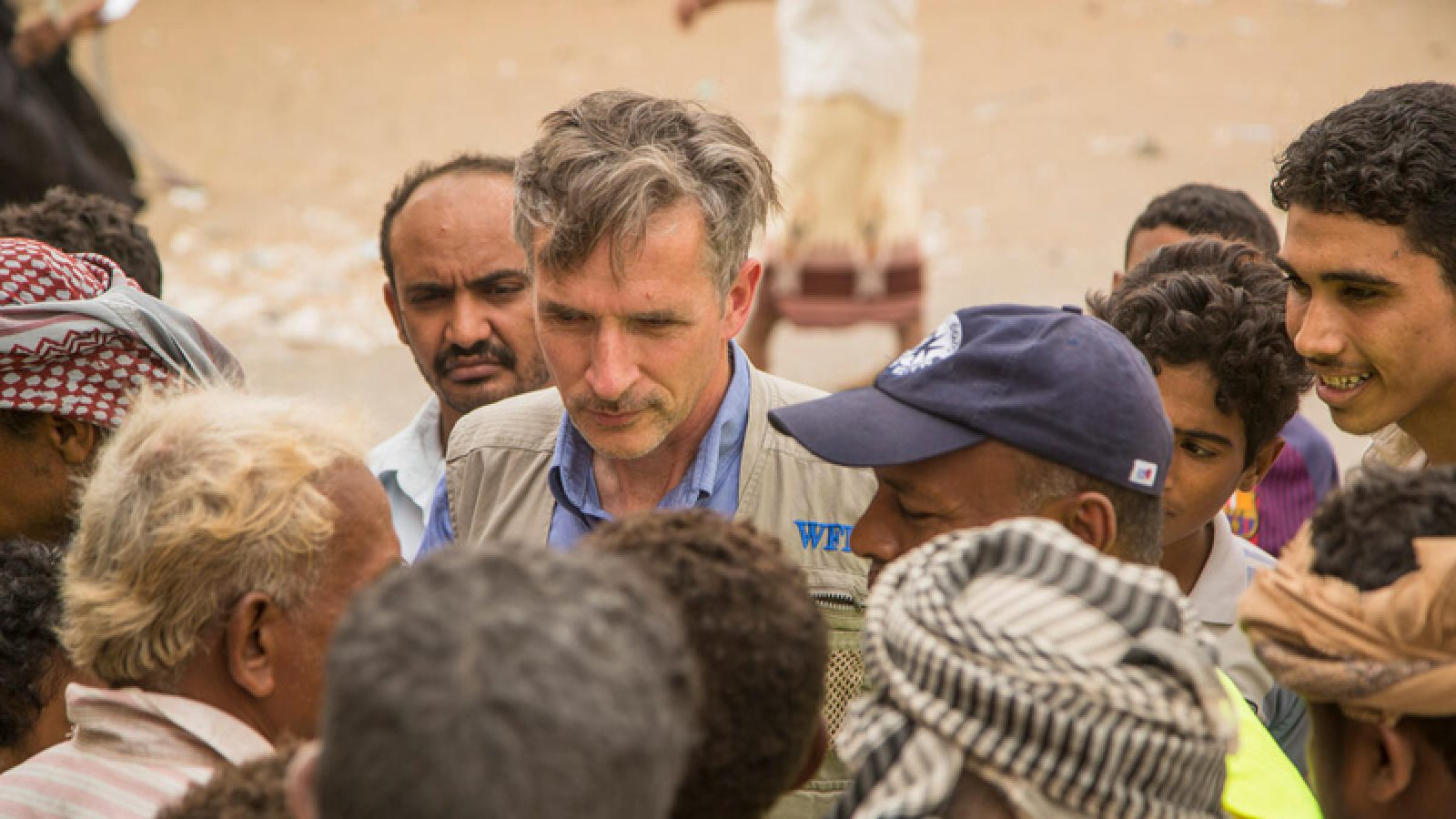 Stephen Anderson meets with WFP aid recipients in Yemen. © WFP/Fares Khoailed