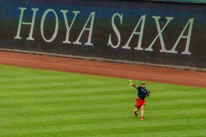 """Nationals pitcher Max Scherzer warms up with """"Hoya Saxa"""" sign behind him"""