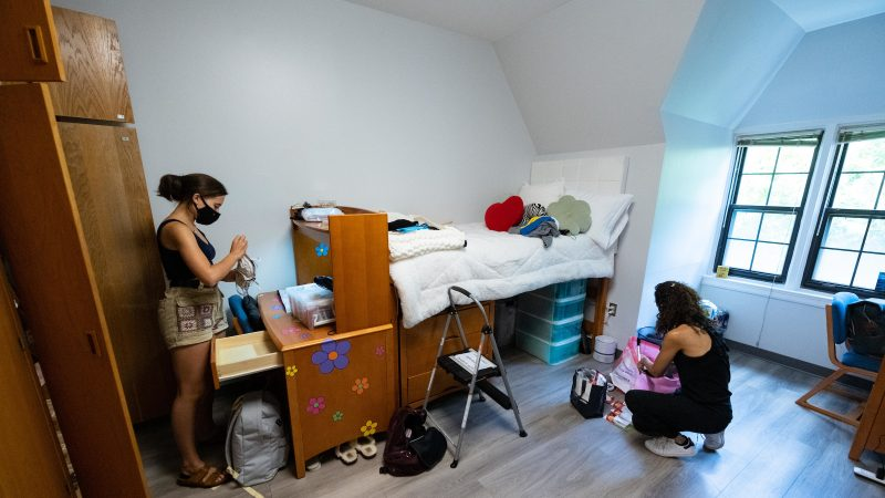 Student and her mom unpack in Copley Hall