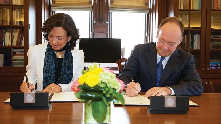 Santander's Ana Botín signs the partnership agreement with President John J. DeGioia